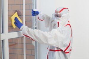 ウイルス消毒の拭き上げ風景